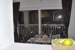 Обеденная зона. Черногория, Бигова : Прекрасная вилла с бассейном и видом на море, в 100 метрах от пляжа, 2 гостиные, 4 спальни, 4 ванные комнаты, барбекю, парковка на 3 машины, Wi-Fi