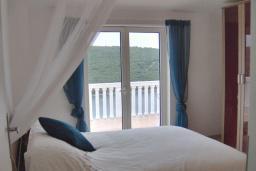 Спальня 3. Черногория, Бигова : Прекрасная вилла с бассейном и видом на море, в 100 метрах от пляжа, 2 гостиные, 4 спальни, 4 ванные комнаты, барбекю, парковка на 3 машины, Wi-Fi