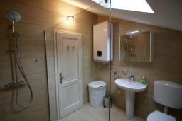 Ванная комната. Черногория, Муо : Каменный дом с бассейном и шикарным видом на Бока-Которскую бухту, 4 спальни, 3 ванные комнаты, барбекю, настольный теннис, парковка, Wi-Fi