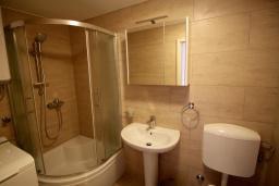 Ванная комната 2. Черногория, Муо : Каменный дом с бассейном и шикарным видом на Бока-Которскую бухту, 4 спальни, 3 ванные комнаты, барбекю, настольный теннис, парковка, Wi-Fi