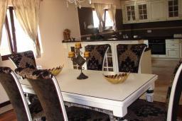 Обеденная зона. Черногория, Мрчевац : Шикарная вилла с бассейном и зеленым двориком, 4 спальни, сауна, тренажерный зал, барбекю, парковка, Wi-Fi
