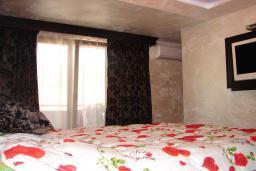 Спальня 2. Черногория, Мрчевац : Шикарная вилла с бассейном и зеленым двориком, 4 спальни, сауна, тренажерный зал, барбекю, парковка, Wi-Fi