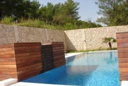 Бассейн. Черногория, Мрчевац : Шикарная вилла с бассейном и зеленым двориком, 4 спальни, сауна, тренажерный зал, барбекю, парковка, Wi-Fi