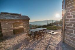 Территория. Черногория, Доня Ластва : Каменный дом с бассейном и двориком с видом на море, 3 спальни, барбекю, парковка, Wi-Fi