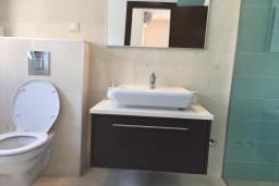 Ванная комната. Черногория, Столив : Прекрасная вилла с бассейном и видом на Бока-Которскую бухту, 6 спален, 3 ванные комнаты, барбекю, парковка, Wi-Fi