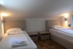 Спальня 2. Черногория, Столив : Прекрасная вилла с бассейном и видом на Бока-Которскую бухту, 6 спален, 3 ванные комнаты, барбекю, парковка, Wi-Fi