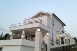 Фасад дома. Черногория, Жанице / Мириште : Современная вилла с бассейном и видом на море, 4 спальни, барбекю, парковка, Wi-Fi
