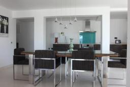 Обеденная зона. Черногория, Жанице / Мириште : Современная вилла с бассейном и видом на море, 4 спальни, барбекю, парковка, Wi-Fi