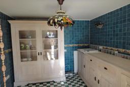 Кухня. Черногория, Добра Вода : Вилла с двориком в 100 метрах от пляжа, 2 спальни, парковка, Wi-Fi