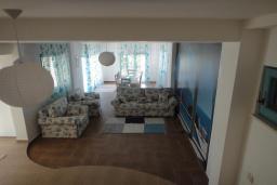 Гостиная. Черногория, Добра Вода : Вилла с двориком в 100 метрах от пляжа, 2 спальни, парковка, Wi-Fi