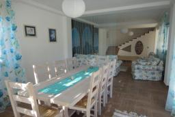 Обеденная зона. Черногория, Добра Вода : Вилла с двориком в 100 метрах от пляжа, 2 спальни, парковка, Wi-Fi