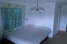 Спальня. Черногория, Добра Вода : Вилла с двориком в 100 метрах от пляжа, 2 спальни, парковка, Wi-Fi