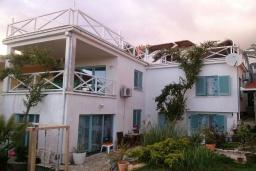 Фасад дома. Черногория, Добра Вода : Вилла с двориком в 100 метрах от пляжа, 2 спальни, парковка, Wi-Fi