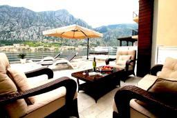 Патио. Черногория, Муо : Современная вилла с бассейном и шикарным видом на Бока-Которскую бухту, 20 метров до пляжа, 4 спальни, 4 ванные комнаты, патио, барбекю, парковка, Wi-Fi