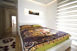 Спальня. Черногория, Муо : Современная вилла с бассейном и шикарным видом на Бока-Которскую бухту, 20 метров до пляжа, 4 спальни, 4 ванные комнаты, патио, барбекю, парковка, Wi-Fi
