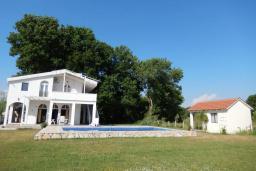 Фасад дома. Черногория, Велика плажа : Уютная вилла с бассейном и зеленым двориком, 5 спален, барбекю, парковка, Wi-Fi
