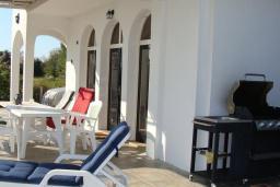 Терраса. Черногория, Велика плажа : Уютная вилла с бассейном и зеленым двориком, 5 спален, барбекю, парковка, Wi-Fi