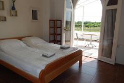 Спальня 2. Черногория, Велика плажа : Уютная вилла с бассейном и зеленым двориком, 5 спален, барбекю, парковка, Wi-Fi