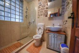 Ванная комната. Черногория, Горовичи : Каменный дом с бассейном и зеленым двориком, 4 спальни, 2 ванные комнаты, сауна, барбекю, парковка, Wi-Fi
