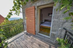 Балкон. Черногория, Горовичи : Каменный дом с бассейном и зеленым двориком, 4 спальни, 2 ванные комнаты, сауна, барбекю, парковка, Wi-Fi