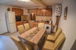 Кухня. Черногория, Горовичи : Каменный дом с бассейном и зеленым двориком, 4 спальни, 2 ванные комнаты, сауна, барбекю, парковка, Wi-Fi