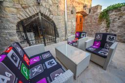 Патио. Черногория, Горовичи : Каменный дом с бассейном и зеленым двориком, 4 спальни, 2 ванные комнаты, сауна, барбекю, парковка, Wi-Fi