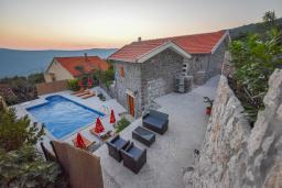 Фасад дома. Черногория, Горовичи : Каменный дом с бассейном и зеленым двориком, 4 спальни, 2 ванные комнаты, сауна, барбекю, парковка, Wi-Fi