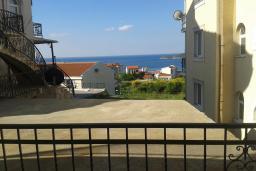 Вид на море. Черногория, Бечичи : Студия в комплексе с бассейном, с кондиционером, телевизором и балконом с видом на море