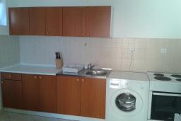 Студия (гостиная+кухня). Черногория, Бечичи : Студия в комплексе с бассейном, с кондиционером, телевизором и балконом с видом на море