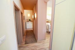 Коридор. Черногория, Игало : Современный апартамент с гостиной, двумя спальнями, двумя ванными комнатами и балконом