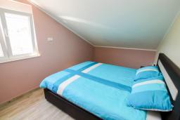 Спальня. Черногория, Игало : Современный апартамент с гостиной, двумя спальнями, двумя ванными комнатами и балконом