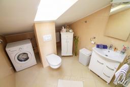 Ванная комната. Черногория, Игало : Современный апартамент с гостиной, двумя спальнями, двумя ванными комнатами и балконом