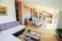 Гостиная. Черногория, Игало : Современный апартамент с гостиной, двумя спальнями, двумя ванными комнатами и балконом