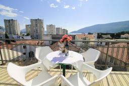 Балкон. Черногория, Игало : Современный апартамент с гостиной, двумя спальнями, двумя ванными комнатами и балконом