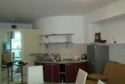 Кухня. Черногория, Герцег-Нови : Апартамент в 80 метрах от пляжа, с гостиной, отдельной спальней и балконом с видом на море
