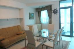 Гостиная. Черногория, Герцег-Нови : Апартамент в 80 метрах от пляжа, с гостиной, отдельной спальней и балконом с видом на море