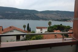 Вид на море. Черногория, Герцег-Нови : Апартамент в 80 метрах от пляжа, с гостиной, отдельной спальней и балконом с видом на море