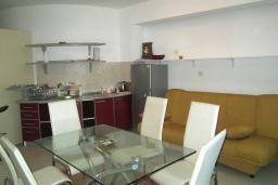 Обеденная зона. Черногория, Герцег-Нови : Апартамент в 80 метрах от пляжа, с гостиной, отдельной спальней и балконом с видом на море
