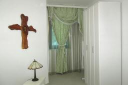 Спальня. Черногория, Герцег-Нови : Апартамент в 80 метрах от пляжа, с гостиной, отдельной спальней и балконом с видом на море
