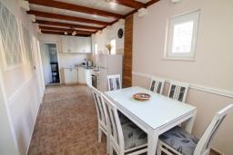 Обеденная зона. Черногория, Герцег-Нови : Просторный апартамент с гостиной, отдельной спальней и балконом с видом на море