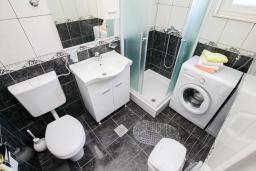 Ванная комната. Черногория, Герцег-Нови : Просторный апартамент с гостиной, отдельной спальней и балконом с видом на море