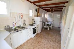 Кухня. Черногория, Герцег-Нови : Просторный апартамент с гостиной, отдельной спальней и балконом с видом на море