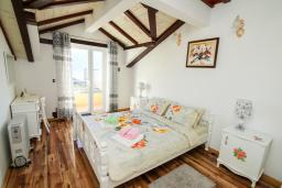 Спальня. Черногория, Герцег-Нови : Просторный апартамент с гостиной, отдельной спальней и балконом с видом на море