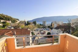 Вид на море. Черногория, Герцег-Нови : Просторный апартамент с гостиной, отдельной спальней и балконом с видом на море