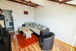 Гостиная. Черногория, Герцег-Нови : Просторный апартамент с гостиной, отдельной спальней и балконом с видом на море