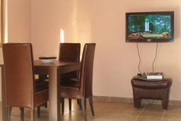 Обеденная зона. Черногория, Утеха : Прекрасная вилла с зеленым двориком, 3 спальни, 2 ванные комнаты, парковка, Wi-Fi