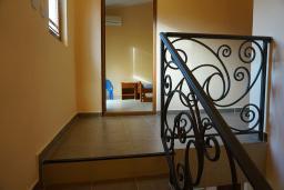Лестница наверх. Черногория, Утеха : Прекрасная вилла с зеленым двориком, 3 спальни, 2 ванные комнаты, парковка, Wi-Fi