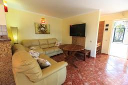 Гостиная. Черногория, Добра Вода : Шикарная вилла с зеленым двориком и видом на море, 20 метров до пляжа, 2 гостиные, 5 спален, 4 ванные комнаты, Wi-Fi