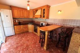 Кухня. Черногория, Добра Вода : Шикарная вилла с зеленым двориком и видом на море, 20 метров до пляжа, 2 гостиные, 5 спален, 4 ванные комнаты, Wi-Fi