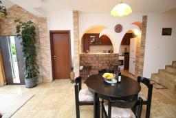 Гостиная. Черногория, Будва : Роскошная вилла с бассейном и зеленым двориком, 3 спальни, 2 ванные комнаты, уличное джазуки, барбекю, парковка, Wi-Fi